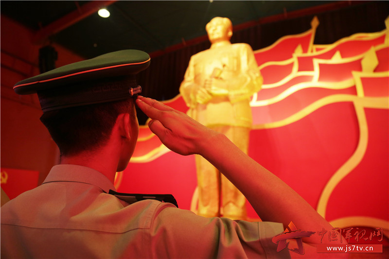 向毛主席铜像致以军礼