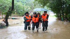绵阳暴雨成灾!武警某部紧急救援被困群众