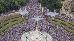 英皇家空军百年庆典 百架战机飞越白金汉宫