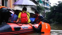 四川青白江:小区内涝 紧急转移被困群众