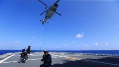 """海军""""滨州""""舰大洋之上练兵忙 直升机昼夜飞行训练"""