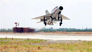 空军西安飞行学院:飞行教官体验战斗机飞行