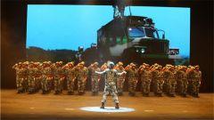 空降兵某旅官兵与驻地群众一同迎接建军节