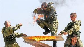 俄罗斯多地庆祝伞兵日 士兵表演秀绝技