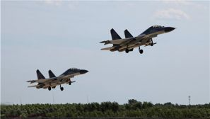 空军:多机种齐上阵 官兵护航战鹰翱翔