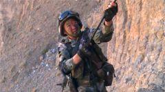 这就是边防军人!只靠一根绳索攀爬五千米海拔的悬崖