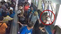 贵州黄果树:武警战士救助受伤幼童