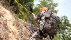 这个考核太难!女兵体力透支负重20公斤进行崖壁攀登