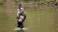 看恐高女兵如何牵引横越120米河面