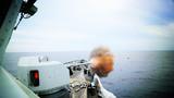 梅州舰主炮对海射击。张伟峰 摄
