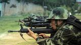 图为特战队员在进行自动步枪快速精度射击