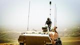 8月下旬,新疆军区某装甲团在天山腹地展开了一场合成营实兵对抗演练,十多个兵种协同作战,数种火器实打实爆,合成营作战能力得到全方位检验。图为对侦察车辆进行隐蔽伪装。
