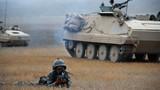 进攻战斗行动中,装甲步兵与装甲车辆协同向敌发起冲击。