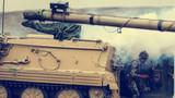 装甲车引导步兵向敌发起进攻。