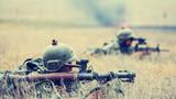 """近日,一场多兵种实战对抗演练在新疆军区某装甲合成营拉开战幕。他们在近似实战的环境下全面检验合成营""""侦察监视、指挥控制、信息通联、战术机动、战斗协同""""等多个方面的实战能力,不断提高部队打赢本领。图为步兵分队向敌发起进攻。"""
