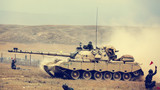 工兵分队引导坦克装甲分队通过通路。