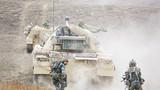 """装甲车引导步兵向""""敌""""发起进攻。"""