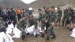 西藏日喀则:河水暴涨 武警官兵紧急救援
