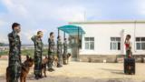 训导员韩孟林与警犬和战友惜别
