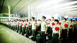 退伍老兵在车站整齐列队。