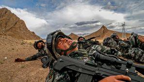 """穿梭于""""生命禁区"""" 这就是阿里边防军人"""