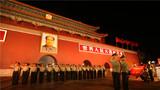 退伍仪式举行前一晚,金水桥中队全体退役官兵背朝天安门城楼,面朝昔日哨位敬军礼,向哨位告别。