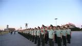 9月7日一大早,退伍老兵在天安门广场参加升旗仪式。
