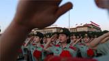 9月7日一大早,退伍老兵在天安门广场参加升旗仪式,再也止不住泪水。