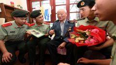 当93岁老兵遇到18岁哨兵,会发生什么?