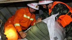 墨江地震:武警云南总队官兵连夜搭建救援帐篷
