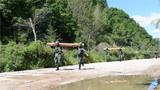 前方道路被毁,特战队员扛圆木搭桥铺路