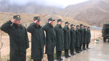 边防连退伍老兵向留队官兵敬最后一个军礼。