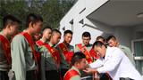 新疆阿克苏军分区某边防团卫生队为即将退伍的老兵义诊送药,让老兵们安心离队,健康返乡。