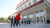 迎军旗!掌旗兵手擎鲜艳的中国人民解放军军旗,在两名威武的护旗兵护卫下,迈着铿锵有力的步伐迎出军旗。