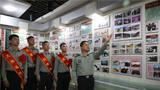 老兵们来到团史馆,参观近年来团队取得荣誉。