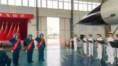 令人动容的飞行员停飞仪式:老飞行员惜别战鹰