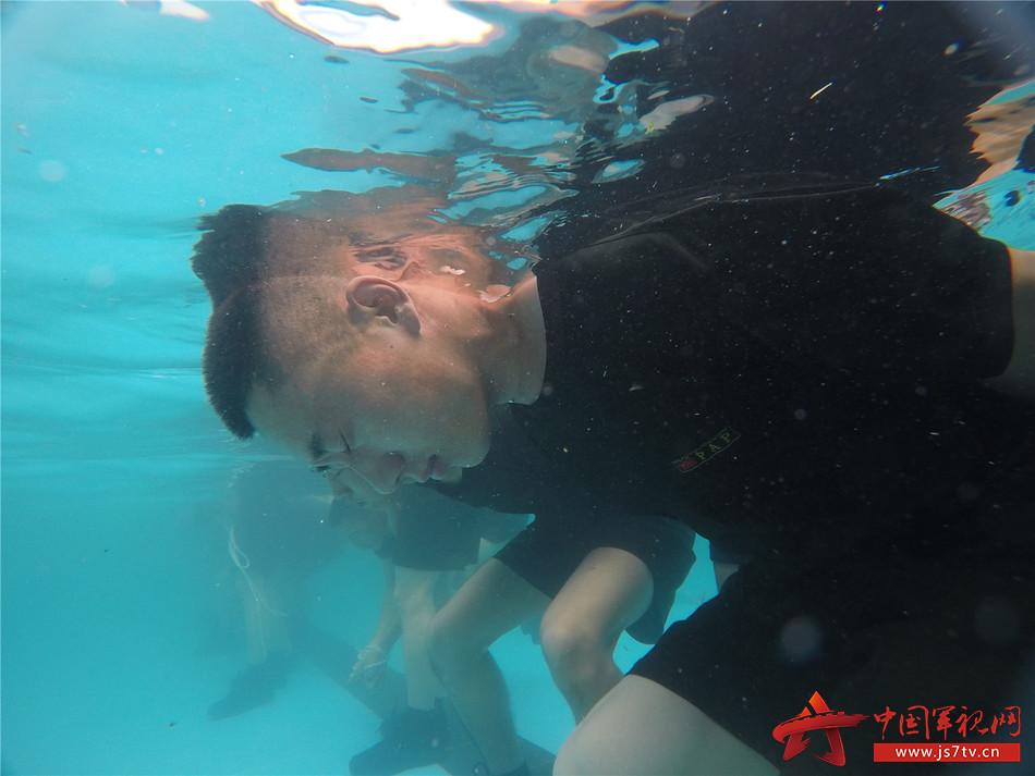 特战队员进行水中逃生训练 彭勇摄