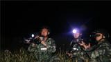 夜间山林地反恐搜剿行动,特战队员正在警惕观察。