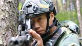 一名特战队员正在瞄准目标。