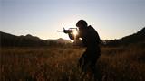 一名特战队员正在夕阳下射击。