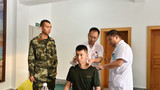 医生为官兵进行针灸诊治 。