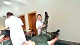医生为官兵检查身体。