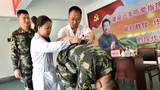 医生为官兵检查身体背部。