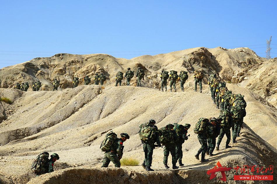图4、山地行军。