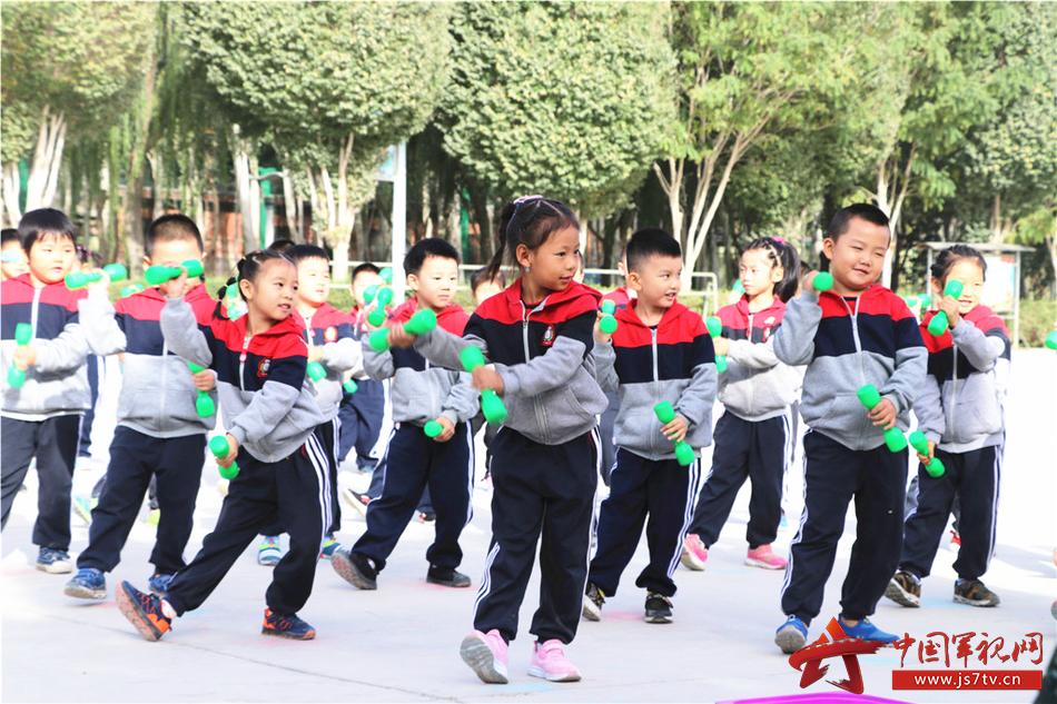 军情    小朋友们在老师的带领下,一起表演了集体舞蹈,尽管动作不是