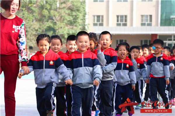 小朋友们表演了队列,擒敌拳等部分军事课目,整齐的队列和迅猛的动作赢