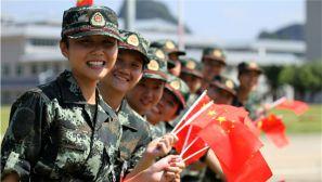 广西崇左:祝福祖国 看武警新兵与国旗合影