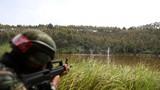 特战队员正在进行2公里奔袭射击