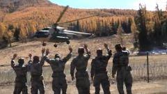 新疆军区:直升机飞抵孤岛哨所