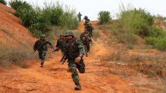 广西:武警特战队员挑战极限 练硬功